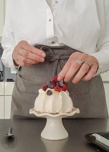 Eenpersoons pavlova met lemoncurd en vers fruit.
