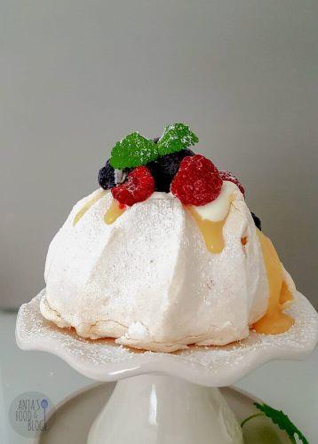 Een eenpersoons Pavlova met lemoncurd en fruit. De lemoncurd is friszuur van smaak en het fruit zorgt ook voor contrast bij het zoete van het eiwitschuim. Want eerlijk is eerlijk: pavlova's zijn ware suikerbommen.