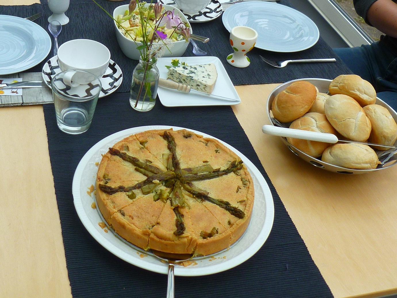 Groene aspergetaart met amandelen