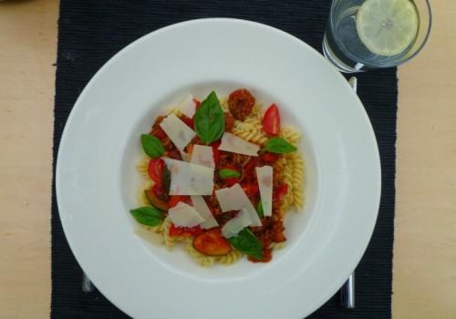 Pasta di mama, een tomatensaus met gehakt, groenten en veel verse kruiden.