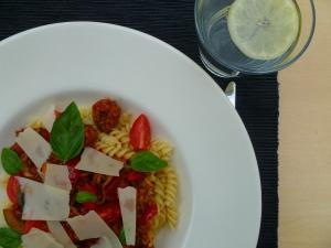 Pasta die mama, een tomatensaus met gehakt, groenten en veel verse kruiden.