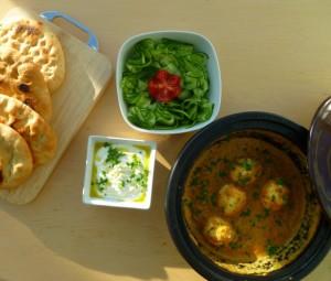 Vegetarische curry met ei en naanbrood