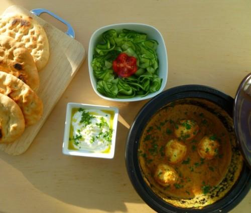 Vegetarische curry met naanbrood en komkommersalade