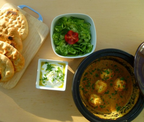 Vegetarische curry met ei en naanbrood