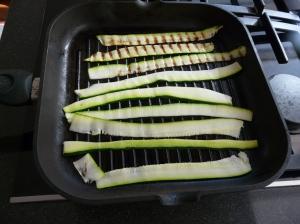 Lauwwarme vegetarische salade met gegrilde courgette