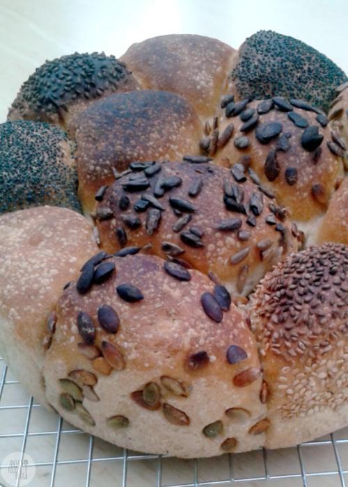 Voor de broodnodige variatie bak ik ook wel eens broodjes. Nu eens geen losse broodjes op de bakplaat, maar een breekbrood voor 12 broodjes.