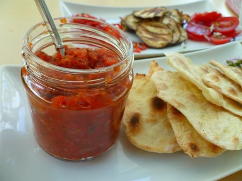 Tomatensalsa is weer eens wat anders voor bij de barbecue. Je kunt hem zo pittig maken als je zelf wilt. Je kunt de peper ook weglaten voor een milde, kruidige tomatensaus bij een lekker stukje vlees van het rooster.
