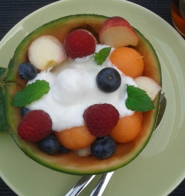 Fruitsalade met Griekse yoghurt en munt