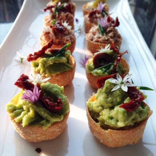 Croustades met Avocadomousse en Tonijnijnsalade.  - Anja's Foodblog Deze hapjes worden extra feestelijk als je eetbare bloemetjes (bijv. van bieslook) gebruikt als versiering.