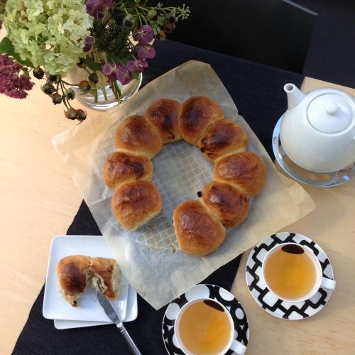 Brood ring met krentren- en witte bolletjes