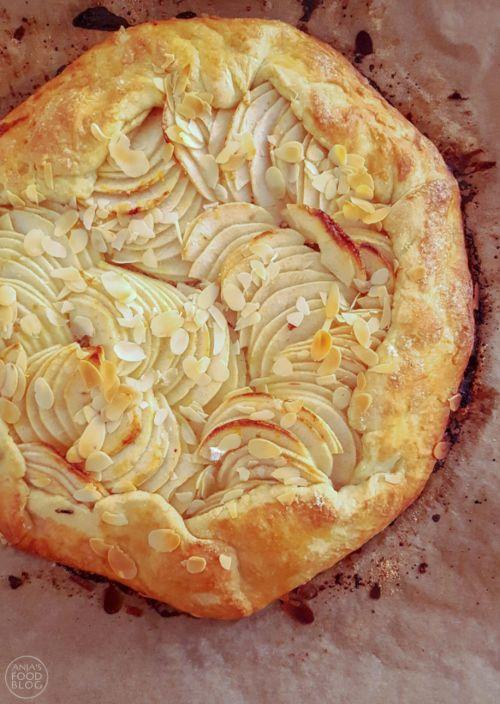 De galette met appel is een van mijn favoriete zoete baksels. Niet alleen vanwege de smaak, maar ook omdat hij makkelijk is. Het komt allemaal niet zo precies. Kies je favoriete fruit en ga aan de slag! #recept #galette #gebak #appel #frangipane