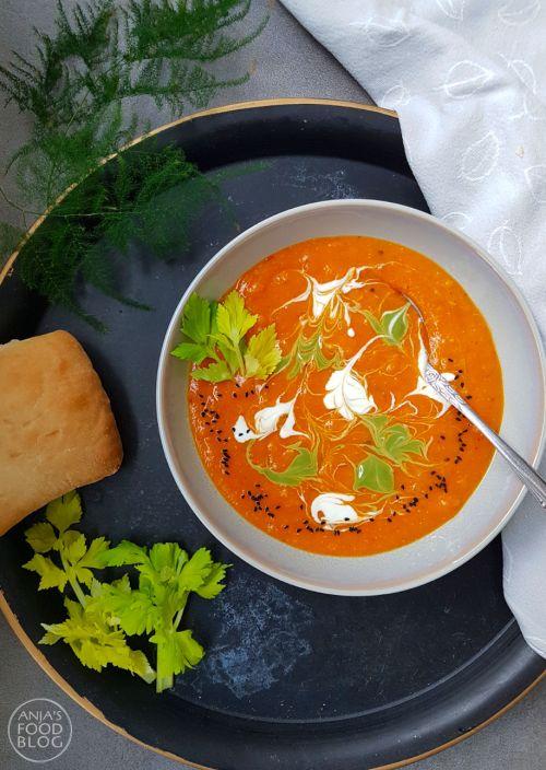 Hartverwarmend, vullend, kruidig en... het smaakt naar meer! Deze vegetarische rode linzensoep is een makkelijke maaltijdsoep, die je in een handomdraai maakt.