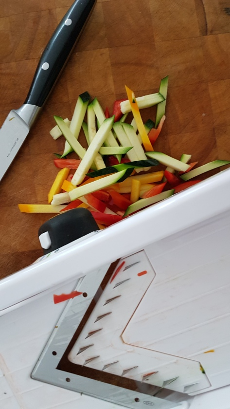 De mandoline is een handig stuk gereedschap in de keuken. Ideaal om snel groenten in dunne linten te snijden. Maar wat denk je van Franse frieten, ribbelchips of juliënne gesneden groenten voor de soep.  #kitchentool #keukengereedschap #mandoline #informatief #kooktips