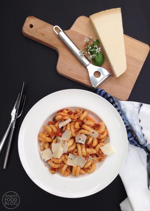 Pasta alla puttanesca, een makkelijk en snel gerecht. De stevige saus heeft een vrij krachtige smaak door de tonijn, ansjovis en kappertjes. De zwarte olijven (biologische of Taggia) en de citroen die vlak voor het serveren worden toegevoegd maken dit gerecht echt af!