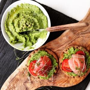 Laten we eens een beetje extra groenten naar binnen werken! Deze doperwten dip is behalve heerlijk op een bruschetta of toastje ook geweldigbij de lunch als broodbeleg met een tomaatje of als extra dip bij een salade.