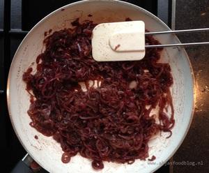 De marmelade van rode ui is ook lekker zonder de geitenkaas, dus voor veganisten laat je die gewoon achterwege. Er staan veel recepten op internet voor uien jam of marmelade, de meesten met kruiden zoals tijm, rozemarijn, laurier of zelfs 5-kruidenpoeder. Mijn keuze is de tijm, omdat ik dat erg lekker vind bij geitenkaas.