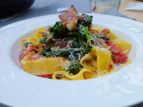 Tagliatelle met verse tomatensaus en spinazie