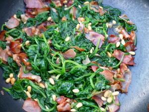 Verse spinazie met bacon en pijnboompitten