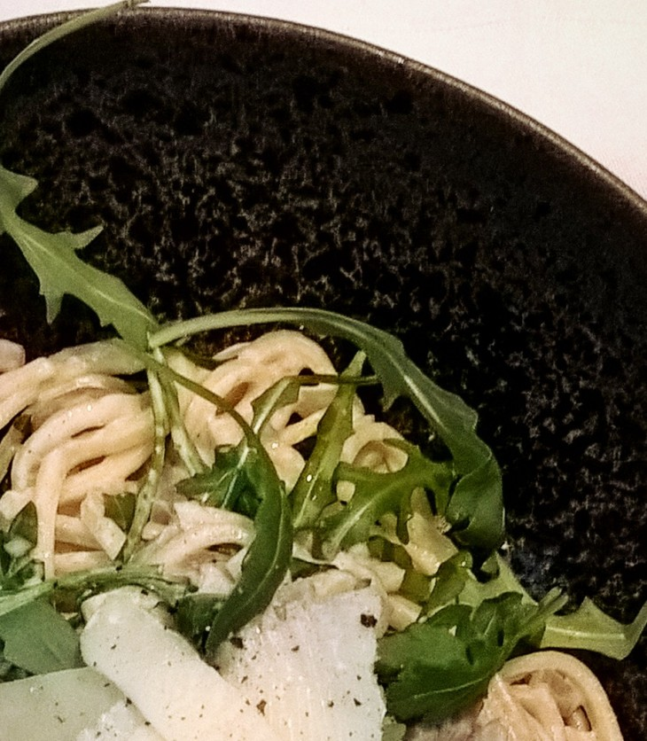 verse spaghetti met champignons, crème fraîche en rucola