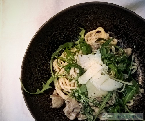 Verse spaghetti met champignon-roomsaus en rucola