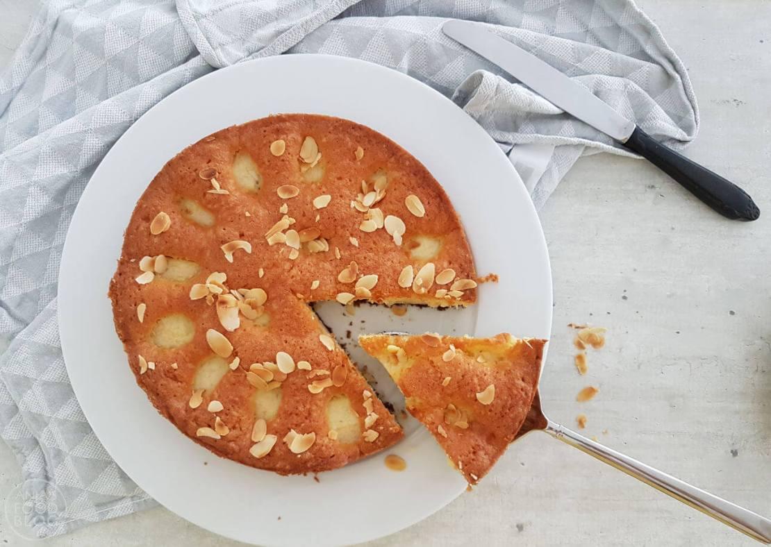 Een cake met stukjes appel en een krokante bodem van speculaasjes. Je bakt heb in de airfryer of de oven.  #recept #cake #appel #speculaas