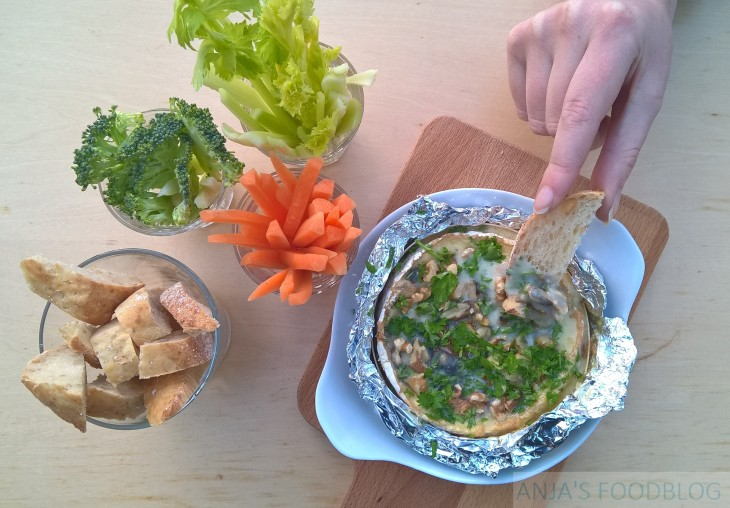 Snelle mini kaasfondue van camembert met knoflook, peterselie en walnoten