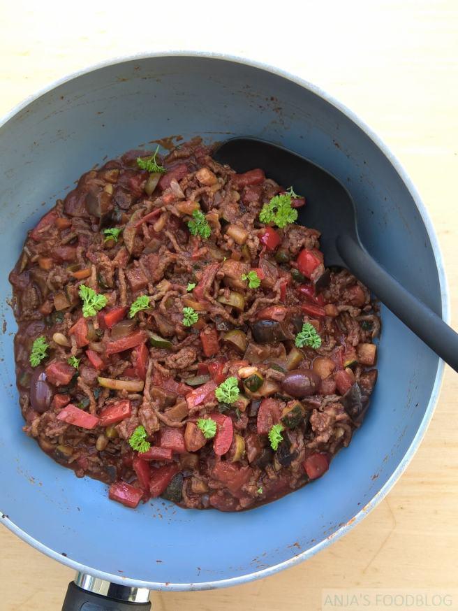Stoofschotel met gehakt, groenten en cacao