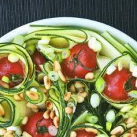 Rauwe courgette salade met tomaat