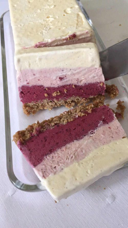 Voor een zomerse dag! IJstaart met 3 smaken ijs: vanille, aardbeien en bosvruchten op een crunchy bodem. Geen ijsmachine nodig!   #recept #ijstaart #3smaken #makkelijk