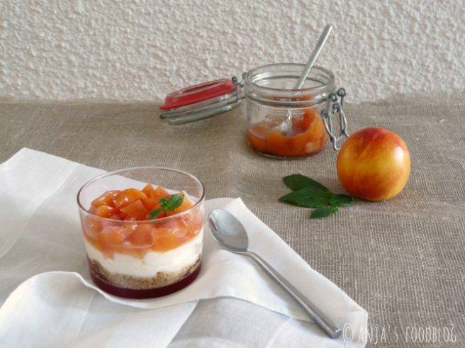 cheesecake-dessert met nectarine compôte