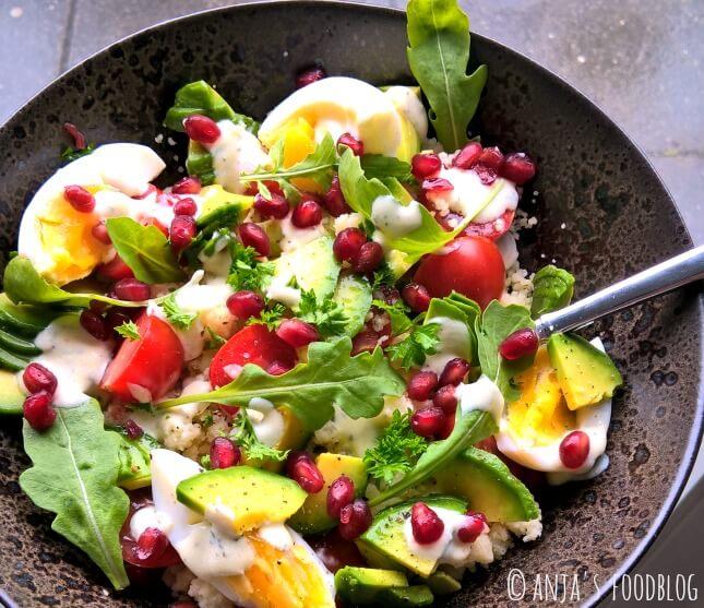 Lunchsalade met couscous, avocado, rucola ei en granaatappel als basis. Ook lekker met bosbessen, frambozen of plakjes appel.  #salade #vegetarisch #granaatappel #couscous #lunch #recept