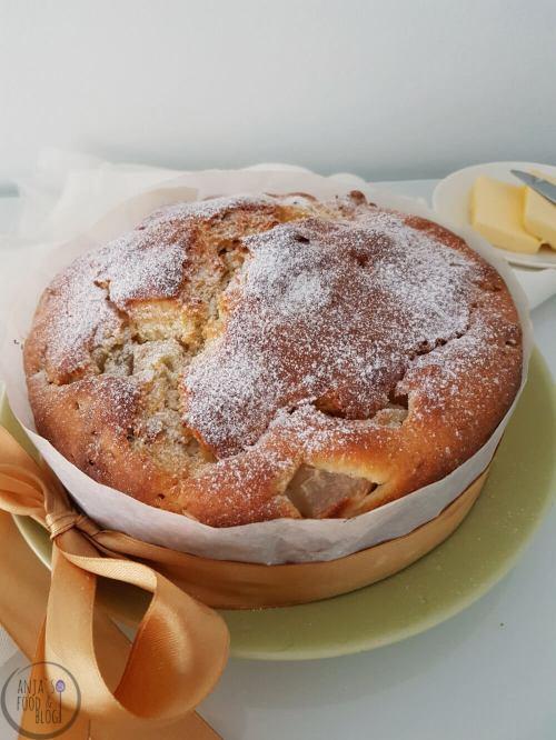 Dit is weer eens een heel ander soort brood: een zoet kwarkbrood met een vulling van fruit en noten. Van kwarkbrood wordt ook wel gezegd dat het een brood is voor beginners. Er komt geen kneden en rijzen aan te pas, dus het kán bijna niet mislukken!  #recept #brood #zoet brood #kwarkbrood #kwarkbol #noten #peren #bakken