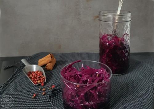 Zoetzuur van rode kool lijkt een beetje op zuurkool, maar is echt een salade. Smaakmakers zijn laurier, kaneel, roze peperkorrels en balsamico-azijn. Heerlijk bijgerecht en gezond ook nog want goed voor de spijsvertering.