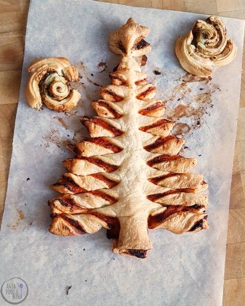 Ook als je geen keukenprinses bent, kun je iets bijzonders op tafel zetten tijdens de feestdagen. Wat denk je van een kerstboom van bladerdeeg? Helemaal niet moeilijk! Ik maakte hem met een hartige vulling van paprikapesto.  #recept #hartig #bladerdeeg #pesto #kerstmis #inspiratie