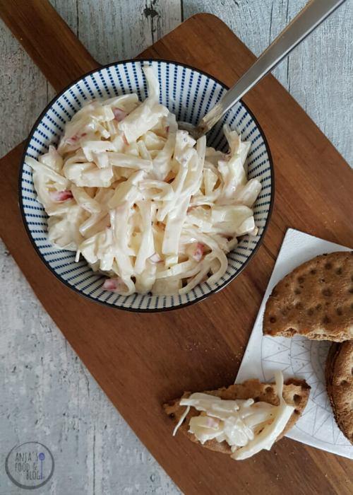 Heb je nog een stukje selderijknol over? Maak er eens deze makkelijke selderijsalade met appel mee! Dit is echt veel lekkerder dan kant-en-klaar én suikervrij.  #recept #salade #selderijsalade #suikervrij #vegetarisch