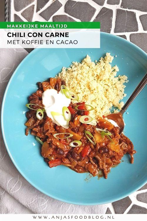 Chili con carne met cacao en koffie, een verrassend lekkere combinatie. Cacao wordt in de Mexicaanse keuken wel vaker in hartige gerechten gebruikt. Door er ook nog wat koffie en veel chili aan toe te voegen zorgt het voor een smaakexplosie in je mond!  #recept #chili #chiliconcarne #cacao #makkelijk