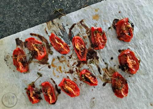 Zongedroogde tomaten uit eigen oven! Heb je een ovensteen dan is dat supersimpel en gebruik je de restwarmte voor het drogen. Maar ook op de bakplaat gaat dit natuurlijk prima.    #recept #conserveren #drogen #tomaten #kruiden