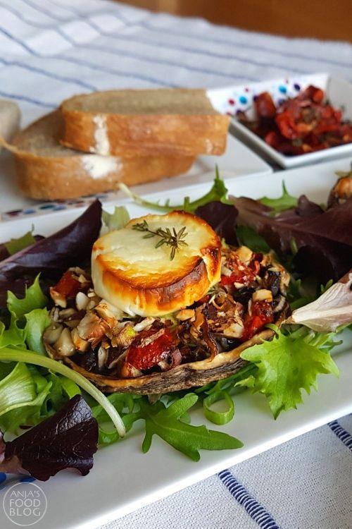 Gevulde portobello's met noten en geitenkaas. De vulling van gehakte noten, zongedroogde tomaten en lente-ui is vrij zacht van smaak, net als de portobello zelf natuurlijk. De geitenkaas voegt daar net iets extra's aan toe. Yum!  #recept #lunch #voorgerecht #portobello #vegetarisch