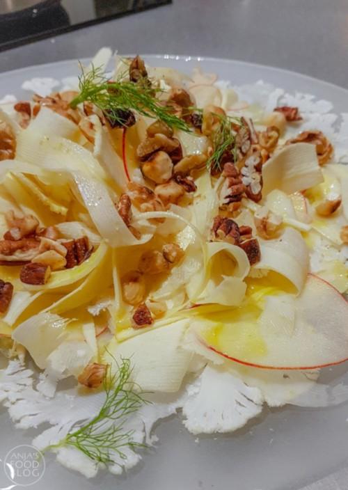 Een witte winterse salade van fijn geschaafde bloemkool, pastinaak en venkel. De schijfjes appel en noten maken samen met een heerlijke dressing compleet. Lekker als voorgerecht, maar zeker ook voor de lunch.  #recept #salade #lunch #voorgerecht #gezond #vega #groenten