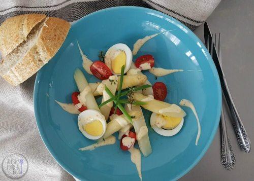 Koude aspergesalade met ei en tomaat