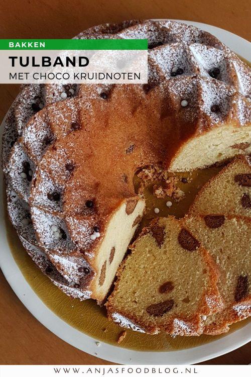 Voor deze feestelijke tulband voeg je bitterkoekjes of chocolade kruidnoten toe aan het beslag. Dat geeft een extra smaak, bovendien ziet het er leuk uit.   #recept #tulband #cake #bakken #pepernoten #kruidnoten #bitterkoekjes