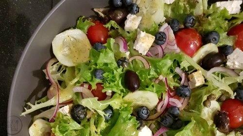 Zeker in de zomermaanden ben ik een groot fan van salades. De gemengde sla combineert heerlijk met zoute feta, komkommer, rode ui en bosbessen.  #salade #recept #feta