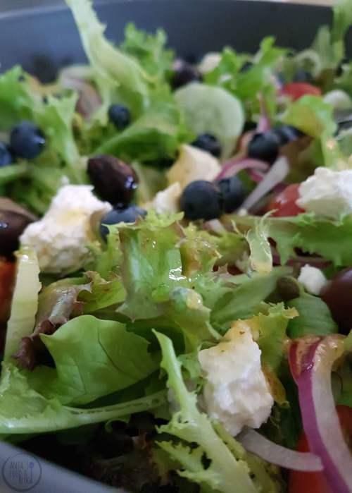 Salade met feta en bosbessen