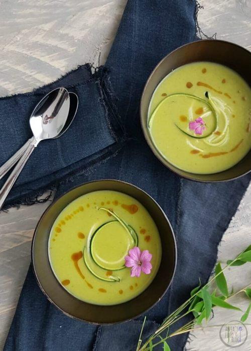 De courgettes zijn weer in het seizoen! Ik maakte een heerlijke zomerse soep van courgette met kerrie en kardemom. De specerijen zorgen nét voor dat beetje extra zonder te overheersen.  #recept #courgettesoep #vegan #makkelijk