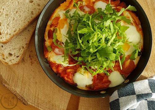 Shakshuka is een heerlijk oosters gerecht, maar heeft nogal wat tijd nodig. Soms heb je daar gewoon geen zin in en dan mag je best een beetje smokkelen.  #recept #shakshuka #lunchgerecht