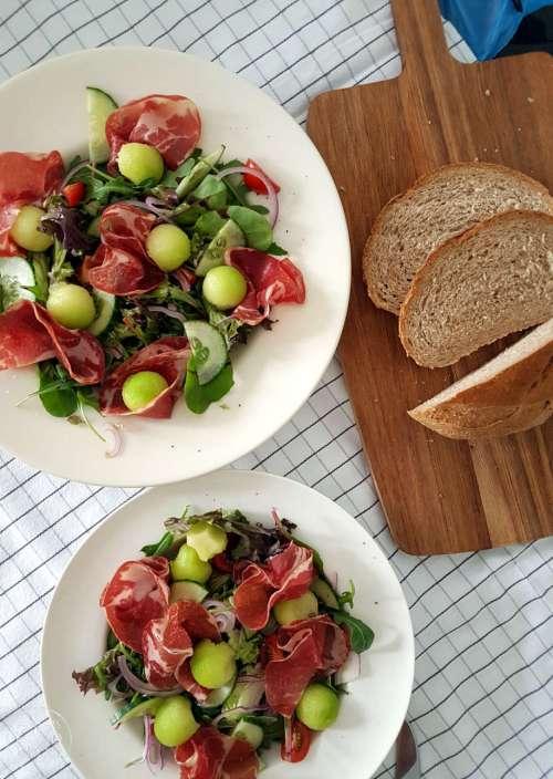 Voor de lunch of bij het avondeten, deze salade met Italiaanse Coppa en Galiameloen smaakt heerlijk en kan als lunch, voorgerecht of maaltijdsalade geserveerd worden.  #recept #salade #lunchsalade #gezond