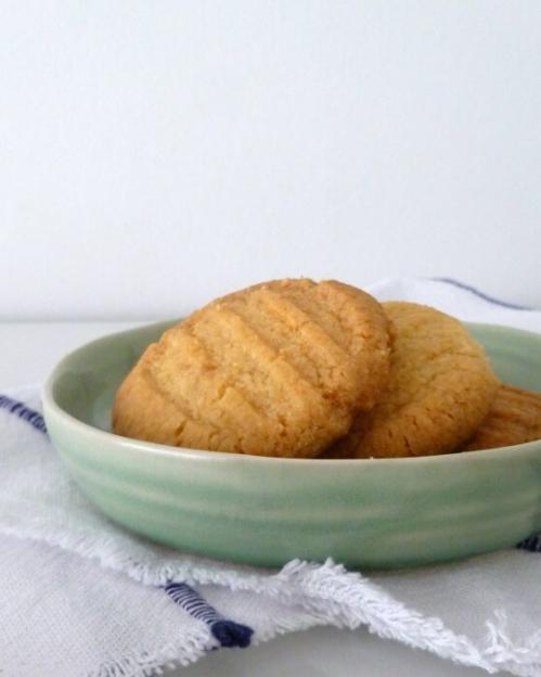 Koekjes bakken is niet speciaal weggelegd voor een regenachtige woensdagmiddag, het kan op elk moment. Deze vorkkoekjes danken hun naam aan het motief, namelijk de afdruk van een vork. #recept #koekjes #zandkoekjes #bakken