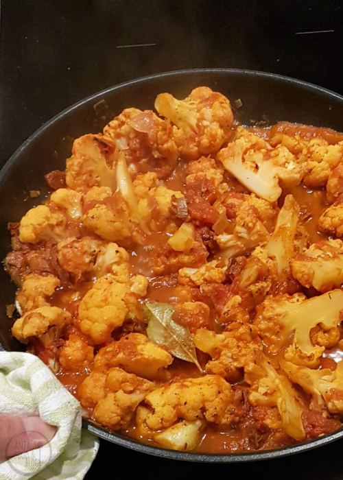 Dit recept voor bloemkool uit de oven met tomaten en kaas is heerlijk als bijgerecht, maar in combinatie met (glutenvrije) pasta ook een prima hoofdgerecht.