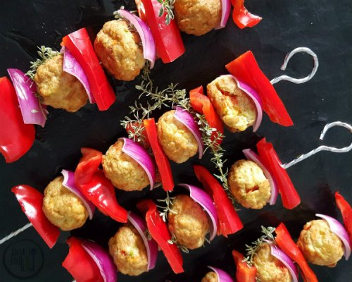 Ideaal voor op de BBQ of grill, want lekker met een dipsaus! Vegetarische gehaktballetjes zijn er in veel soorten. Het is een kwestie van uitproberen en testen welke je lekker vindt en in welk gerecht ze het beste tot hun recht komen.  #BBQ #spiezen @vega #vegetarisch #makkelijk