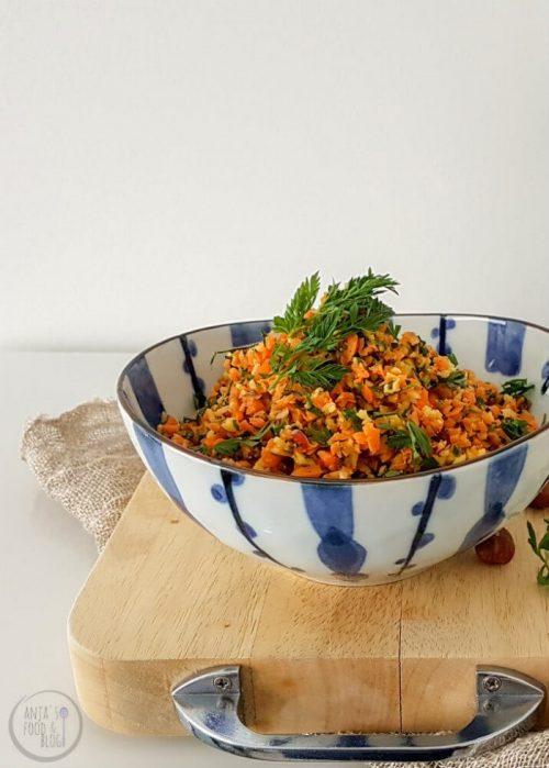 De lekkerste wortelsalade ever! Zoals je op de foto ziet zijn de groenten gehakt, waardoor je bij elk hapje verschillende smaken proeft.  #recept #salade #raw #gezond #vega